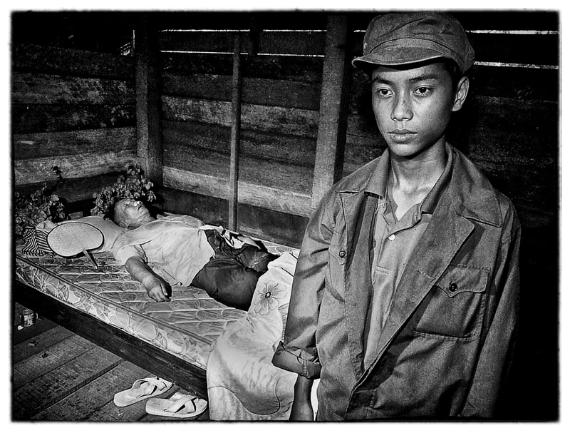Khmer Rouge soldiers with Pol Pots body